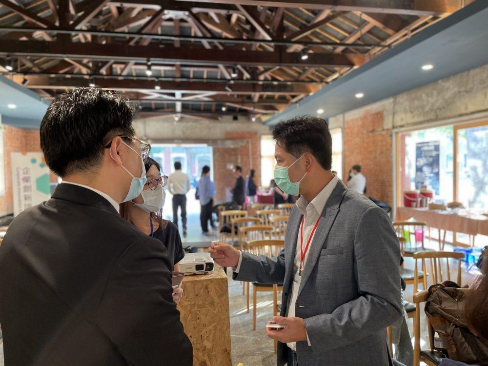 圖一、由成大新創加速中心與台大創創中心共同舉辦「企業創新論壇」,吸引多家企業代表與會,會後與講者熱絡交流、討論。